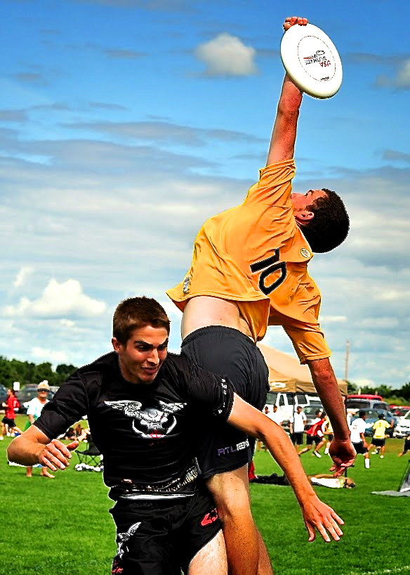 Joe Lavine going up big for the disc. Photo courtesy Rob Brownell.